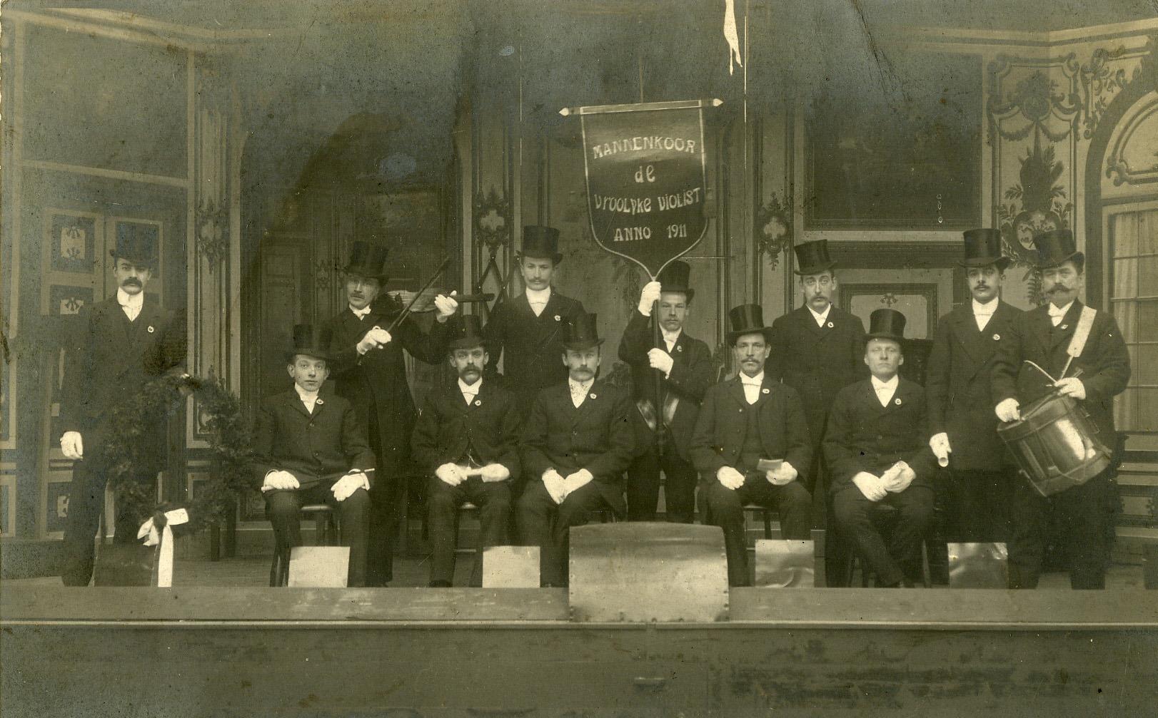 Mannenkoor de vroolijke violist (opgericht 1911) met vandel